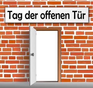 Backsteinwand mit Tr - Tag der offenen Tr